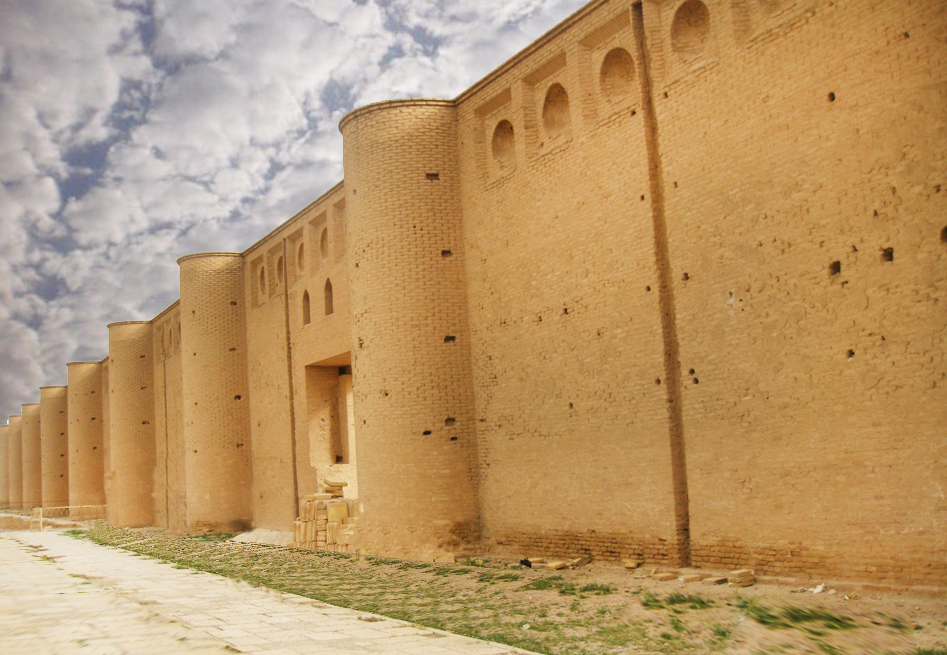 Image illustrating a detail of the archaeological site of Samarra in Iraq. A brick wall appears in the foreground